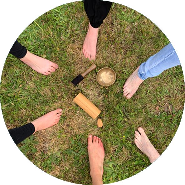 Photo de pieds lors d'un atelier de Yoga du Rire